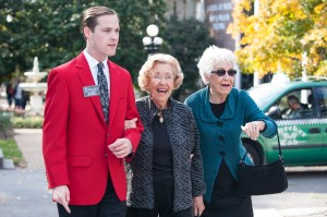 Belmont Ambassadors help escort alumnae into the Mansion.